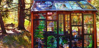 Sklenená chatka zdobená nádhernými vitrážami | Neile Cooper