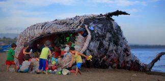 Veľryba z odpadu ako výstraha znečistenia oceánov plastami