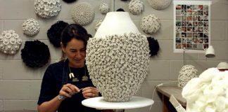 Vanessa Hogge pokrýva keramické vázy a nástenné plastiky kvetmi