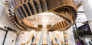 Drevené eskalátory z roku 1931 premenil Chris Fox na umeleckú inštaláciu