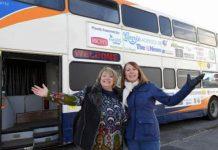 Starý dvojpodlažný autobus prerobený na útočisko pre bezdomovcov