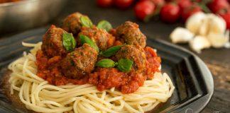 Recept na špagety s paradajkovou omáčkou a pečenými mäsovými guľôčkami