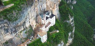 Santuario Madonna della Corona | Taliansky kostol na kraji útesu